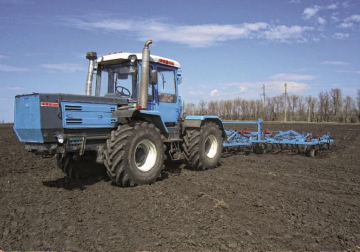 Трактор ХТЗ 17221 в работе