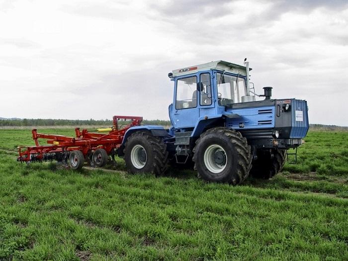 Трактор ХТЗ 17221 в поле