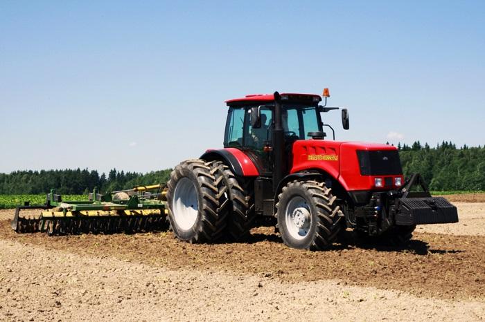 Трактор МТЗ 3022 пашет
