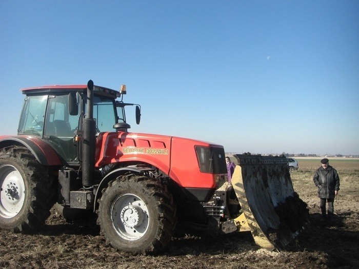 Трактор МТЗ 3022 с бульдозерным отвалом