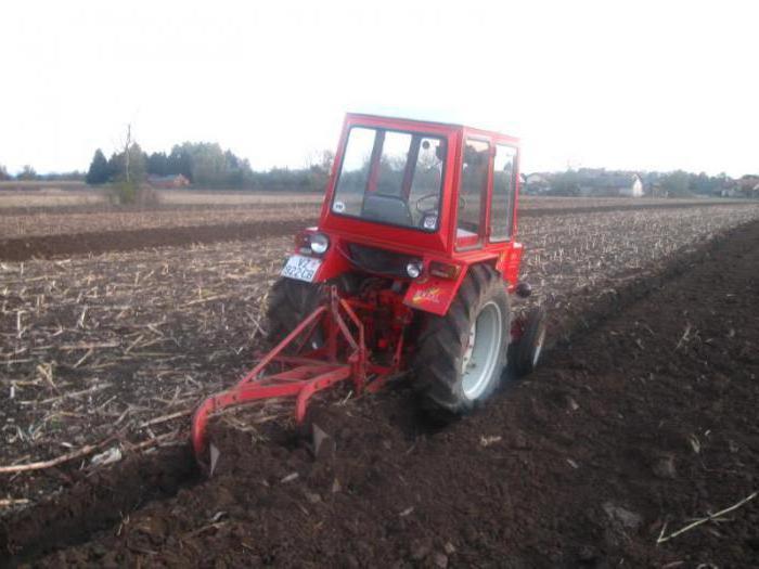 Трактор Т 30 пашет