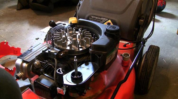 Двигатель в газонокосилке