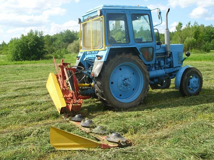 Трактор с косилкой