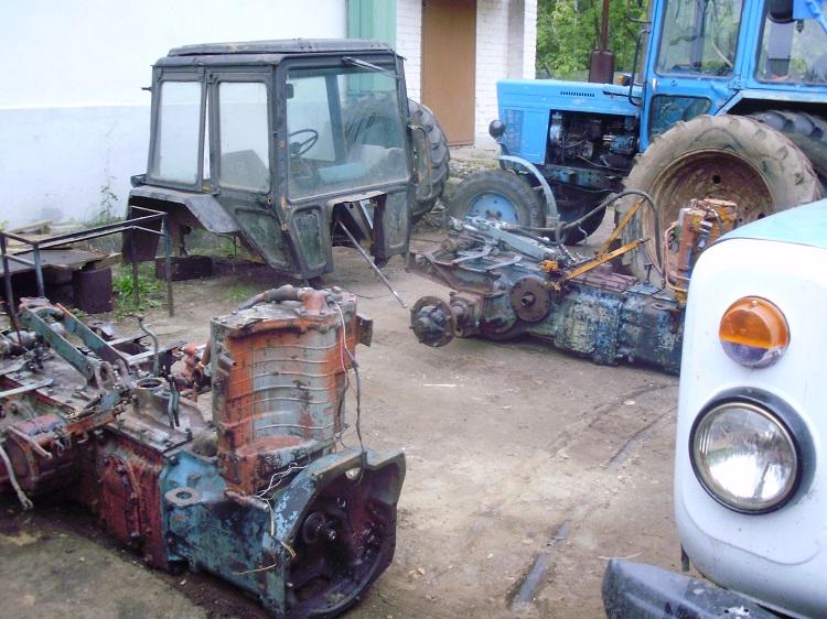 Трактор в разборке