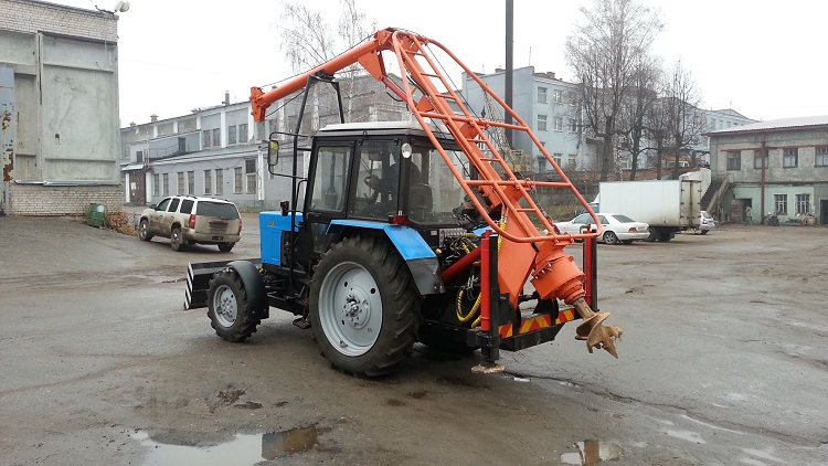 Трактор МТЗ с ямобуром